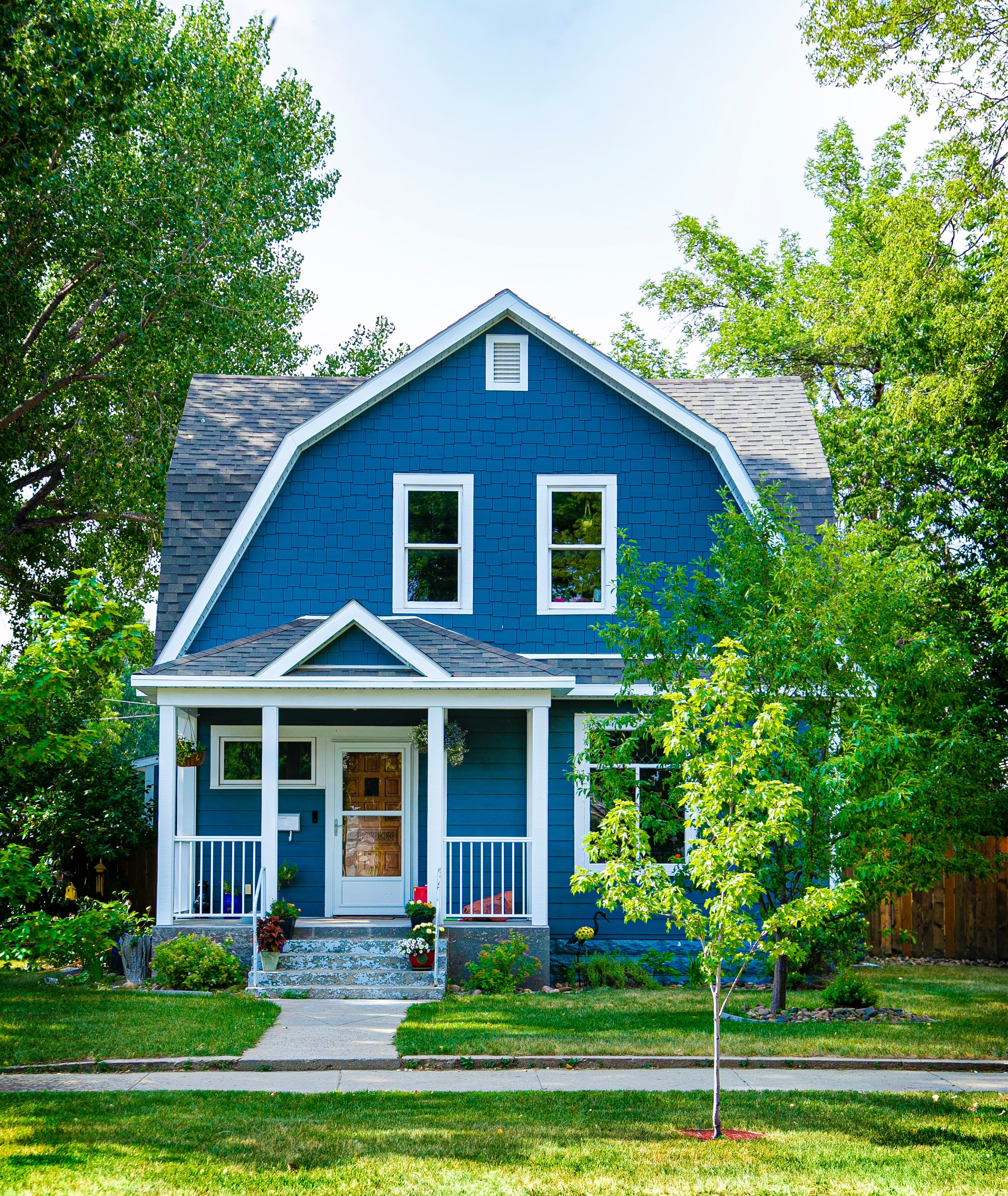 blue-house-landscaped-home-selling-tips-to-attract-home-buyers